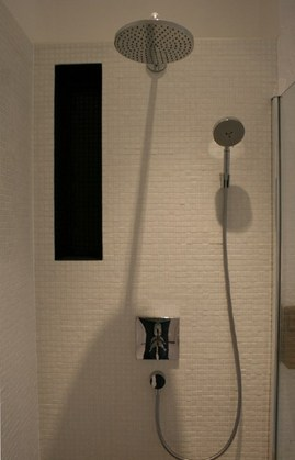 オーバーヘッドシャワー付きのシャワーブース